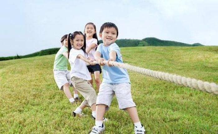 Việc cho bé vận động với cường độ vừa đủ sẽ giúp bé tăng sức đề kháng một cách hiệu quả trước biến động thời tiết